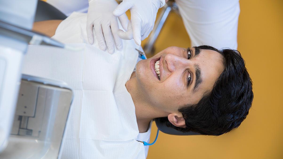 Patient i tandläkarstolen hos Dalénumtandläkarna