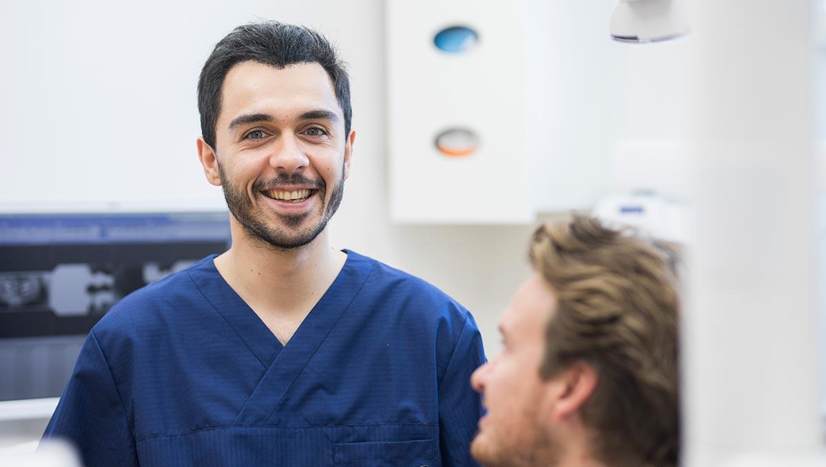 Tandläkare Rahia Arian med patient